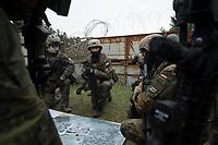 """03 APR 2012, LEHNIN/GERMANY:<br /> Einsatzbesprechung, Kampfschwimmer der Bundeswehr trainieren """"an Land"""" infanteristische Kampf, hier Haeuserkampf- und Geiselbefreiungsszenarien auf einem Truppenuebungsplatz<br /> IMAGE: 20120403-01-086<br /> KEYWORDS: Marine, Bundesmarine, Soldat, Soldaten, Armee, Streitkraefte, Spezialkraefte, Spezialkräfte, Kommandoeinsatz, Übung, Uebung, Training, Spezialisierten Einsatzkraeften Marine, Waffentaucher"""