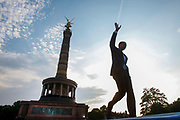 US Democratic presidential candidate Senator Barack Obama (D-IL) arrives to deliver a speech at the Victory Column in Tiergarten Park in Berlin, July 24, 2008. REUTERS/Jim Young
