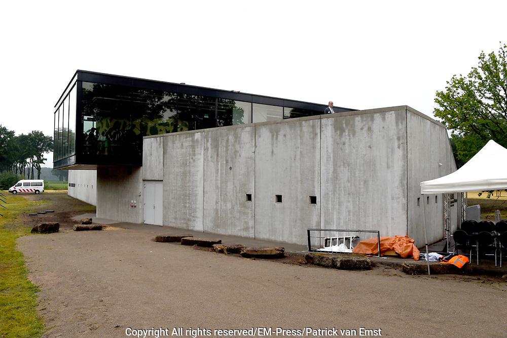 Prof. Mr. Pieter van Vollenhoven opent Grebbelinie bezoekerscentrum in Renswoude.<br /> <br /> Prof. Mr. Pieter van Vollenhoven opens Grebbelinie visitor center in Renswoude.<br /> <br /> Op de foto / On the photo:  Grebbelinie bezoekerscentrum