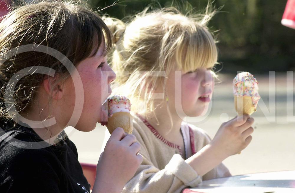 Fotografie Frank Uijlenbroek©2001/maurice blok.010402 ommen ned.de eerste zomerse dag van het jaar trok veel mensen op het terras om een ijsje te eten en wat fris te bestellen.op foto vlnr denise en manon.
