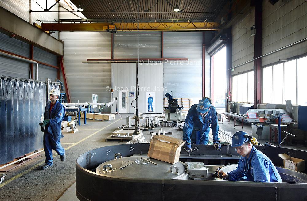Nederland, Ijmuiden , 28 april 2010..Op de werkvloer bij Cofely..Cofely levert innovatieve, state-of-the-art oplossingen in de werktuigbouw, elektrotechniek en automatisering voor de industrie. .Cofely provides innovative, state-of-the-art solutions in mechanical, electrical and automation industry.