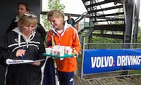 ABCOUDE - VOLVO JUNIOR CUP hockey . Willeke Aapkes met een speelster.  Abcoude C1 ,, en Heerhugowaard ,  strijden in Abcoude om de cup. Heerhugowaard wint met 3-1. De teams werden gesteund door spelers van Jong Oranje. COPYRIGHT KOEN SUYK
