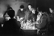 Roemenie, Romenia, Timisoara, 16-2-1990 Burgers branden kaarsen in de kerk van dominee Laslo Tokes. In december 1989, 12-1989, vond in Roemenie de revolutie, opstand, omwenteling, revolte tegen het bewind van communist en dictator Ceausescu begon. Communisme in Oost Europa hield op te bestaan en op veel gebieden waren de omstandigheden verbijsterend slecht en ouderwets.Herdenken van de slachtoffers. De kathedraal waar dominee Laslo Tokes de autoriteiten trotseerde. Val van de muur Foto: Flip Franssen