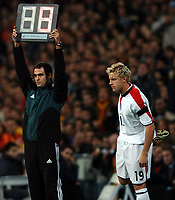 Fotball<br /> Privatlandskamp<br /> Spania v England<br /> 17. november 2004<br /> Foto: Digitalsport<br /> NORWAY ONLY<br /> Wayne Rooney's number is up as Sven Goran Eriksson sends on Alan Smith a couple of minutes from half time