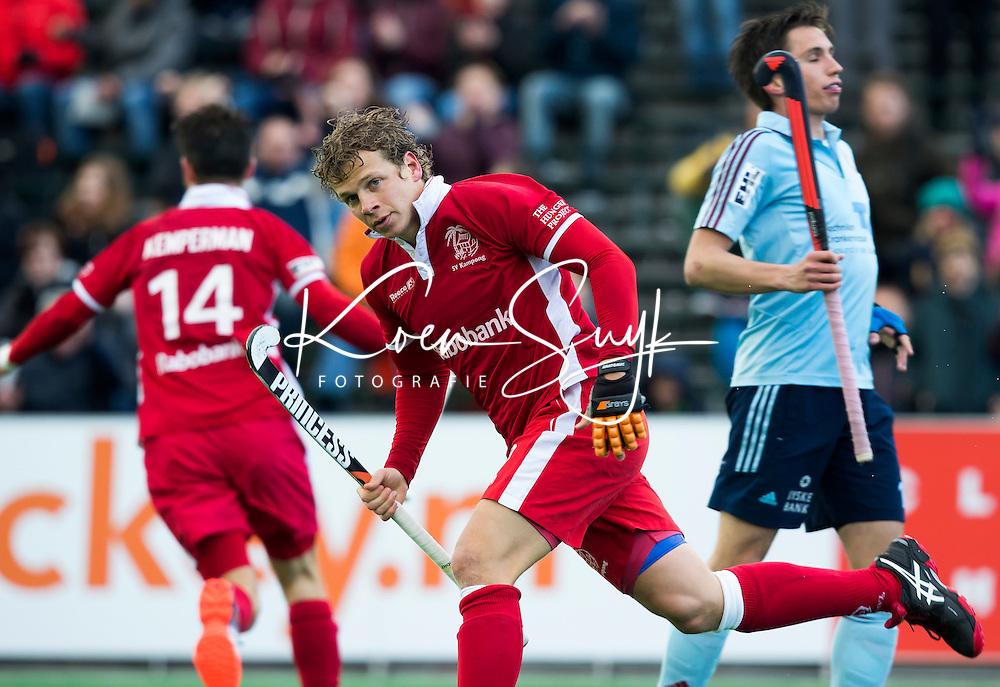 BLOEMENDAAL - HOCKEY- Constantijn Jonker (m)  van Kampong  heeft gescoord en geeft iedereen ,  het nakijken  tijdens de  kwartfinale van de EHL (Euro Hockey League) wedstrijd tussen de mannen van UHC Hamburg en Kampong  (3-2).  FOTO KOEN SUYK