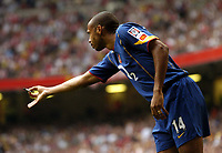 Photo: Richard Lane.Digitalsport<br /> Arsenal v Manchester United. FA Community Shield. 08/08/2004.<br /> Thierry Henry hands a thrown missile to the referee.