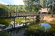 Fojutowo 2011-7-05. W Fojutowie w pobliżu Czerska na południowym skraju Borów Tucholskich znajduje się akwedukt będący skrzyżowaniem dwóch cieków wodnych: Wielkiego Kanału Brdy - płynącego górą i płynącej dołem Czerskiej Strugi. Akwedukt jest jedną z największych atrakcji turystycznych Borów Tucholskich. Na zdjęciu: most na Wielkim Kanale Brdy.