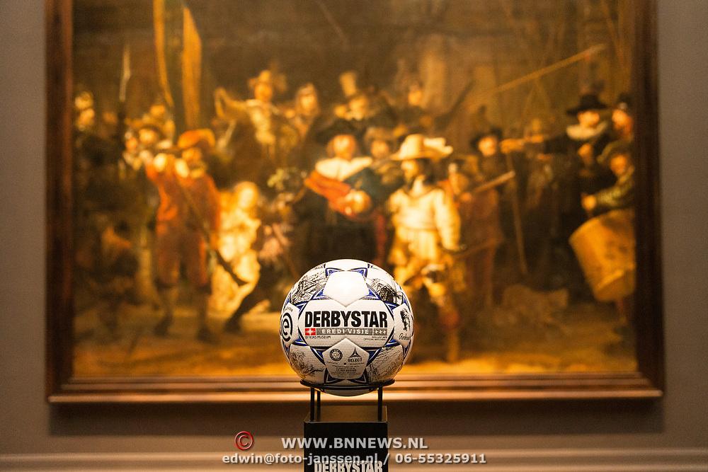 NLD/Amsterdam/20190408 - Willem van Hanegem onthult Eredivisie-bal in Rijksmuseum, Eredivisiebal 2019 voor de Nachtwacht