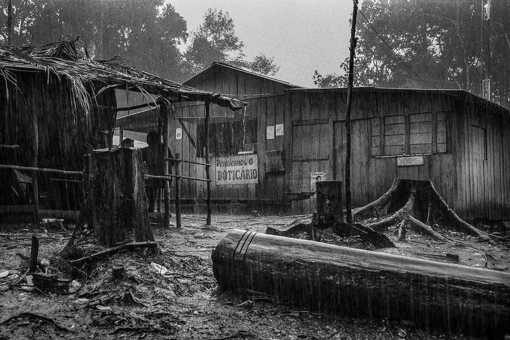 Brazil, Amazonas, Eldorado do Juma.<br /> <br /> Grota velha, curutela (camp de base).<br /> Eldorado do Juma est maintenant un bidonville de plastique noir et de misere croissante sur la rive du fleuve, qui attire les prospecteurs. Des centaines d'hommes y creusent la boue sur leurs petites parcelles delimitees par des branchages et des ficelles. A la fin du jour, les plus chanceux auront trouve quelques poussieres d'or, vendues ensuite 40 reals le gramme (14,5 euros) a Apui, 65km au nord. Les plus riches du coin sont ceux et celles qui cuisinent, nettoient ou divertissent les mineurs.<br /> Dans ce camp on denombre plusieurs restaurants, des epiceries, deux discotheques, quelques bars ou les demoiselles soulagent les hommes, deux pharmacies et une loterie dans laquelle on peut venir miser le gain de la journee.