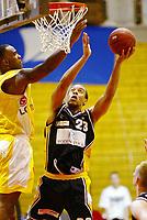 Basketball, 10. mars 2002. 1. finale BLNO Rykkinnhallen, Asker Aliens - Kongsberg Penguins. Rodney Hawthorne, Kongsberg og Cory Jenkins, Asker (t.v.)