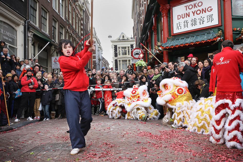 Nederland, Amsterdam , 1 februari 2014.<br /> De Drakendans onderdeel van het Chinees Nieuwjaar feest rond de Nieuwmarkt buurt zoals hier op de Gelderse kade voor Toko Dun Yong.<br /> The Dragon Dance, part of the Chinese New Year celebration around the Nieuwmarkt area of Amsterdam (Chinatown)