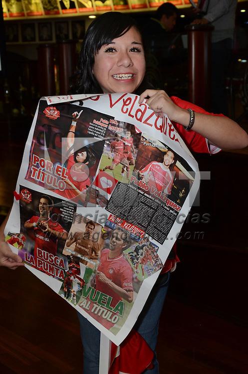 Toluca, México.- Como parte de los festejos del 97 aniversario del Club de Futbol Toluca, futbolistas del club ofrecieron a cientos de aficionados firmas de autógrafos en el salón de la fama. Agencia MVT / Arturo Hernández S.