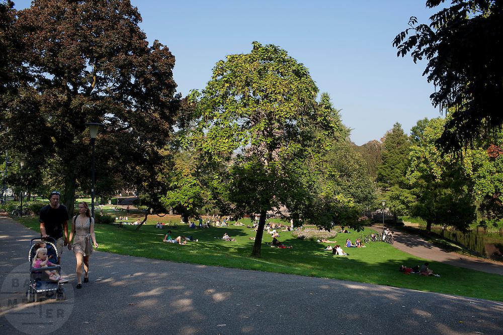 Mensen genieten in het Kronenburgpark Nijmegen van een zomerse dag in oktober.<br /> <br /> People are enjoying themselves at Kronenburgpark in Nijmegen on a very sunny day in October.