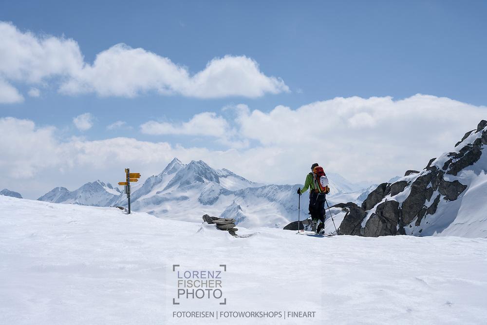 Skibergsteiger auf der Triebtenseelicke mit dem Blinnenhorn im Hintergrund, Berner Oberland, Schweiz<br /> <br /> Ski mountaineer on the Triebtenelicke with the Blinnenhorn in the background, Bernese Oberland, Switzerland