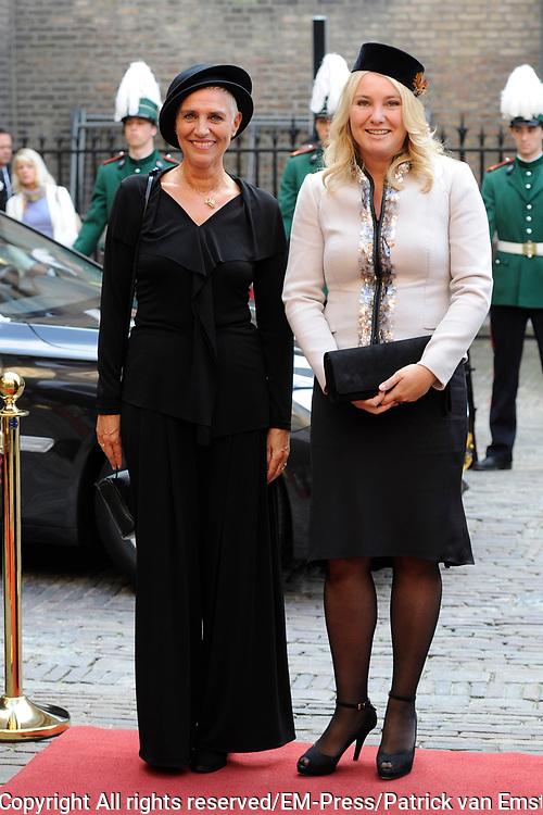Prinsjesdag 2014 - Aankomst Politici op het Binnenhof.<br /> <br /> Op de foto:  Minister Melanie Schultz van Haegen van Infrastructuur en Wilma Mansveld