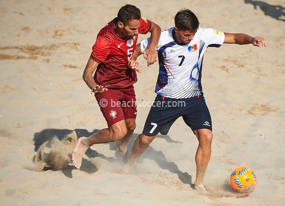 Portugal's Jordan battles with Podlesnov of Moldova at the FIFA Beach Soccer World Cup qualifier in Jesolo. (Photo by Manuel Queimadelos)