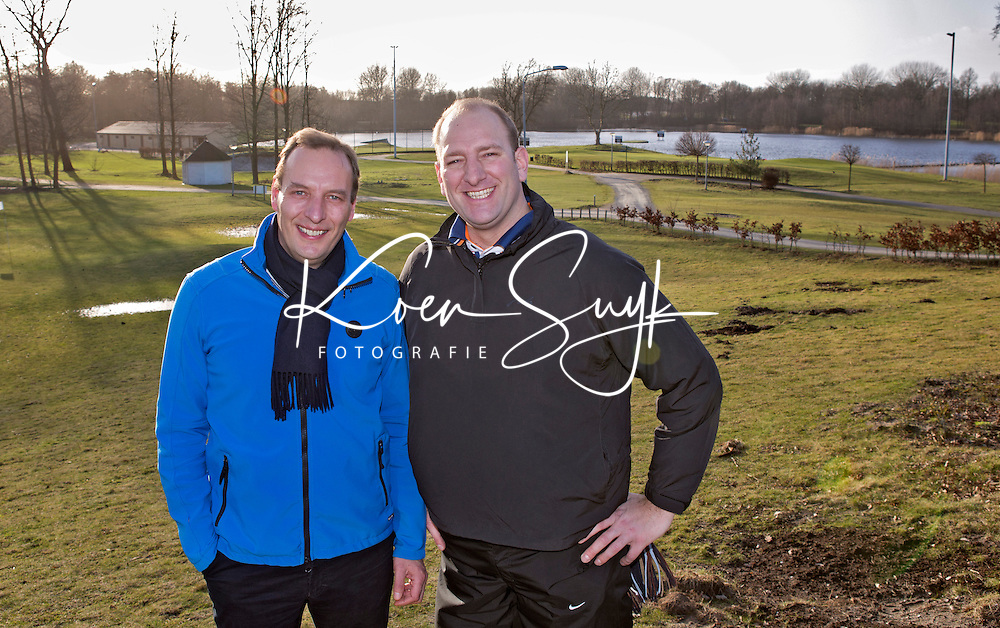 NAARDEN - Dennis van der Zeijden, gehandicapte golfer van het jaar 2012  ,  met de manager van Naarderbos Golfbaan, Roel Bos.  FOTO KOEN SUYK