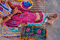 Inde, Gujarat, Kutch, village de Ludiya, population d'ethnie Meghwal, couturière // India, Gujarat, Kutch, Ludiya village, Meghwal ethnic group, seamstress