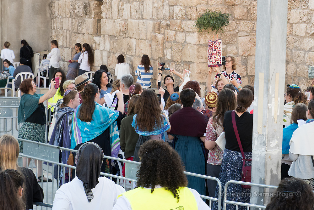 Jerusalem, Israel. 23rd August, 2017. Anat Hoffman, Chair of the Board of Women of the Wall, holding the Torah scroll during Rosh HaHodesh Elul prayer at the Western Wall in Jerusalem. © Valentin Sama-Rojo