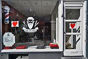 Nederland, Nijmegen, 25-4-2020  Gesloten kapperszaak. Kappers en barbiers hopen snel weer open te kunnen . Kapper,barbier,verzorging, haar,haren,knippen,kapsel,haarverzorging, dicht,winkel,dichte,herenkapper, openen, lockup,opengooien,Foto: Flip Franssen
