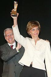 A governadora eleita do Rio Grande do Sul, Yeda Crusius recebe o troféu Personalidade do Ano 2006 pela Revista Isto É. FOTO: Murillo Constantino/Isto É