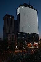 """Контрастный рисунок на фасаде бизнес-центра """"Парус"""" в Киеве."""
