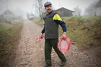 08.11.2009 Bialorus wies Woroncza w obwodzie grodzienskim N/z rozbior miesa zabitej swini fot Michal Kosc / AGENCJA WSCHOD