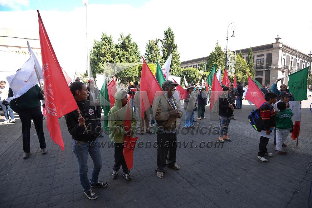 Toluca, México (Octubre 28, 2016).- Antorchistas se manifestaron frente al ayuntamiento de Toluca exigiendo apoyo a los estudiantes de la Casa del Estudiante.  Agencia MVT / Crisanta Espinosa