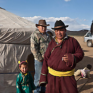 Mongolia. nomads, cattle breeders in the countryside near   Lun -     /   eleveurs nomades dans la steppe pres de Lun  lun - Mongolie   /