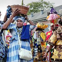 Nederland,Amsterdam , 28 juni 2009.Op zondag 28 juni herdenken Amsterdammers tijdens het Keti Koti Festival de afschaffing van de slavernij. Om 12.45 uur start de optocht naar het slavernijmonument in het Oosterpark voor een kranslegging..Vanaf 14.00 uur is er op het Kastanjeplein het feest van de vrijheid: Keti Koti (de ketenen zijn gebroken). Er wordt herdacht en gevierd dat 145 jaar geleden, op 1 juli 1863, Nederland de slavernij afschafte. Celebration of  the abolition of slavery In Amsterdam 28th june 2009.