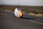 Het Human Power Team Delft en Amsterdam (HPT), dat bestaat uit studenten van de TU Delft en de VU Amsterdam, is in Amerika om te proberen het record snelfietsen te verbreken. Momenteel zijn zij recordhouder, in 2013 reed Sebastiaan Bowier 133,78 km/h in de VeloX3. In Battle Mountain (Nevada) wordt ieder jaar de World Human Powered Speed Challenge gehouden. Tijdens deze wedstrijd wordt geprobeerd zo hard mogelijk te fietsen op pure menskracht. Ze halen snelheden tot 133 km/h. De deelnemers bestaan zowel uit teams van universiteiten als uit hobbyisten. Met de gestroomlijnde fietsen willen ze laten zien wat mogelijk is met menskracht. De speciale ligfietsen kunnen gezien worden als de Formule 1 van het fietsen. De kennis die wordt opgedaan wordt ook gebruikt om duurzaam vervoer verder te ontwikkelen.<br /> <br /> The Human Power Team Delft and Amsterdam, a team by students of the TU Delft and the VU Amsterdam, is in America to set a new  world record speed cycling. In 2013 the team broke the record, Sebastiaan Bowier rode 133,78 km/h (83,13 mph) with the VeloX3. In Battle Mountain (Nevada) each year the World Human Powered Speed Challenge is held. During this race they try to ride on pure manpower as hard as possible. Speeds up to 133 km/h are reached. The participants consist of both teams from universities and from hobbyists. With the sleek bikes they want to show what is possible with human power. The special recumbent bicycles can be seen as the Formula 1 of the bicycle. The knowledge gained is also used to develop sustainable transport.