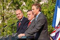 20 SEP 2003, BERLIN/GERMANY:<br /> Jacques Chirac (L), Praesident Frankreich, Gerhard Schroeder (M), SPD, Bundeskanzler, und  Tony Blair (R), Premierminister Gross Britannien, waehrend einer Pressekonferenz zum Ergebnis eines vorangegangenen  Gipfelgespraechs, Garten, Bundeskanzleramt <br /> IMAGE: 20030920-01-051<br /> KEYWORDS: Gerhard Schröder, Gipfel, summit,