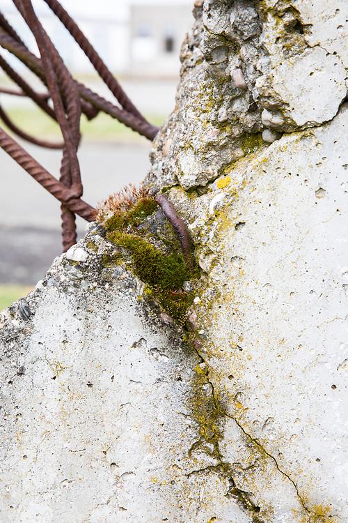 Gedenkstätte Deutsche Teilung Marienborn - der ehemalige Grenzübergang Helmstedt / Marienborn, Deutschland, 4. Mai 2020<br /> <br /> Pictured: Kunstwerk Mauerklammer mit Originalstück der Mauer