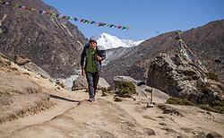 """THEMENBILD - Nepalese vor dem 8000er Cho Oyu (8188 m). Wanderung im Sagarmatha National Park in Nepal, in dem sich auch sein Namensgeber, der Mount Everest, befinden. In Nepali heißt der Everest Sagarmatha, was übersetzt """"Stirn des Himmels"""" bedeutet. Die Wanderung führte von Lukla über Namche Bazar und Gokyo bis ins Everest Base Camp und zum Gipfel des 6189m hohen Island Peak. Aufgenommen am 13.05.2018 in Nepal // Trekkingtour in the Sagarmatha National Park. Nepal on 2018/05/13. EXPA Pictures © 2018, PhotoCredit: EXPA/ Michael Gruber"""