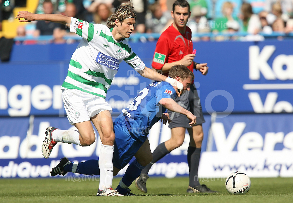 Jena , 080407 , Saison 2006/2007 ; Fussball 2.Bundesliga Greuther Fuerth - FC Carl Zeiss Jena  Christian FROEHLICH (Jena) gegen Martin LANIG (Fuerth)
