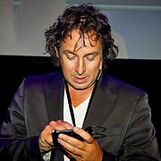 NLD/Amsterdam/20100701 - Presentatie nieuwe Samsung telefoon Galaxy S, Marco Borsato aan het twitteren