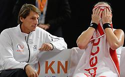 07-02-2015 NED: Fed Cup Nederland - Slowakije, Apeldoorn<br /> Kiki Bertens opende in Apeldoorn met een duidelijke nederlaag tegen Anna Schmiedlova (2-6 5-7). Paul Haarhuis geeft instructie in de tweede set