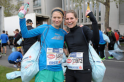 13.04.2014, Wien, AUT, Vienna City Marathon 2014, im Bild bereiten sich 2 Läuferinnen auf den Start vor, Feature // during Vienna City Marathon 2014, Vienna, Austria on 2014/04/13. EXPA Pictures © 2014, PhotoCredit: EXPA/ Gerald Dvorak