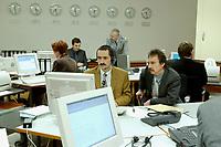 14 DEC 2001, BERLIN/GERMANY:<br /> Mitarbeiter im Krisenreaktionszentrum, Auswaertiges Amt<br /> IMAGE: 20011214-01-006<br /> KEYWORDS: Lagezentrum, Auswärtiges Amt
