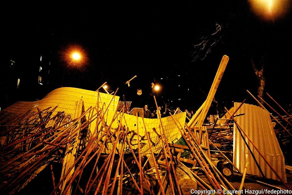 Manifestation Anti-CPE. Paris. 18 mars 2006. Echauffourés place de la République. Une voiture incendiée. Confrontations avec les CRS. Barricades boulevard Davout (paris 20ème) où une vingtaine de voitures sont brûlées.  <br /> Série. Suivi des manifestations à Paris de février à avril 2006 contre le Contrat Première Embauche (CPE). Le 11 avril 2006, le président Jacques Chirac et le premier ministre Dominique de Villepin enterrent le CPE et le remplacent par un « dispositif en faveur de l'insertion professionnelle des jeunes en difficulté ».