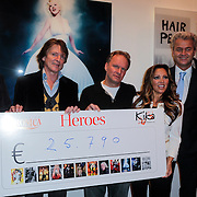 NLD/Amsterdam/20121126- Kika veiling 2012 foto's Veronica gids, Cheque overhandiging met Eric de Zwart, Tatjana Simic, Lieke van Lexmond en Geert Wilders