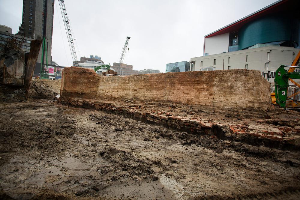 In Utrecht zijn resten gevonden van de hoofdpoort van kasteel Vredenburg tijdens archeologisch onderzoek bij de bouwwerkzaamheden van de nieuwe parkeergarage in het stationsgebied. De kasteelgracht loopt aan de voorkant. De resten van de fundamenten van de hoofdpoort uit 1529. Het muurwerk wordt in blokken gezaagd en tijdelijk opgeslagen, later worden ze opgenomen in de parkeergarage zodat de resten zichtbaar zijn voor het publiek.<br /> <br /> In Utrecht remains of the main gate of castle Vredenburg are found during archaeological research in the construction of the new parking garage in the station area. The remains are the foundations of the main gate dated 1529. The masonry is cut into blocks and temporarily stored, later to be incorporated into the garage so that the remains are visible to the public.