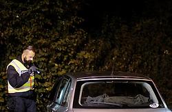 14.09.2015, Grenzübergang, Freilassing, GER, Flüchtlingskrise, Grenzkontrollen, im Bild deutsche Polizisten kontrollieren ankommende Fahrzeuge aus Österreich. Deutschland hat wegen der Flüchtlingskrise wieder Grenkontrollen eingeführt // German policemen check vehicles. Germany re-imposed border controls after thousands of refugees arriving every day, Austrian - German Border, Freilassing, Germany on 2015/09/14. EXPA Pictures © 2015, PhotoCredit: EXPA/ JFK