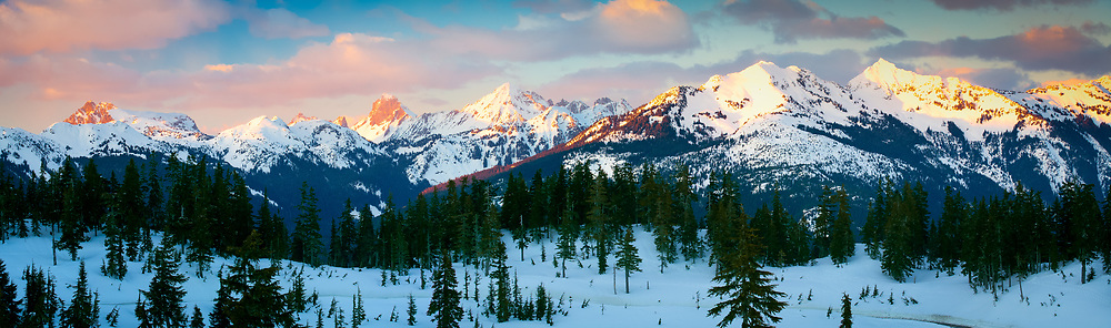 The setting sun casts its last rays on the Border Peaks between USA and Canada in North Cascades national park in the midst of a very cold winter.