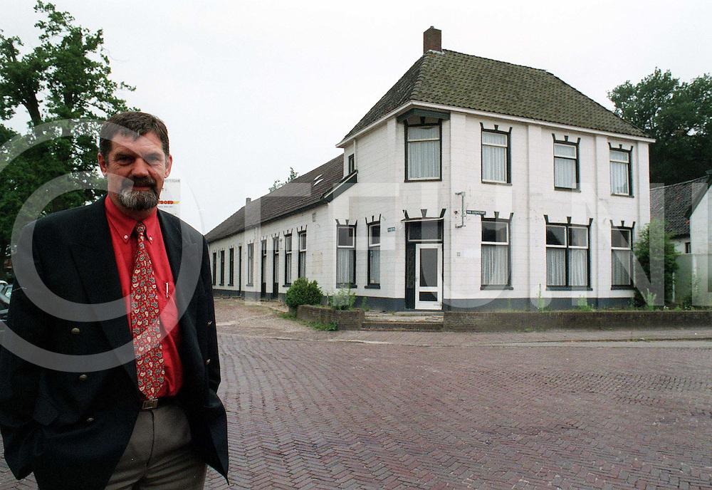 070197 schoonebeek ned.herman huttten koopt van goghwoning...fotografie uijlenbroek©/henk offenberg