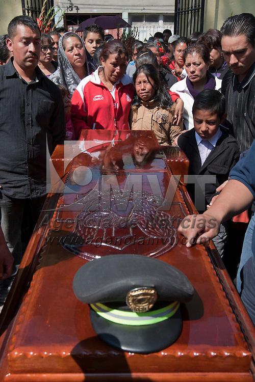 Zinacatepec, Mexico.- Familiares y policias, despidieron en la comunidad de San Juan de la Huertas a Gabino Coyol Villalba, quien murio la madrugada del pasado martes al ser atacado, junto con otros dos companeros, con rafagas de metralletas por una celula de la Familia Michoacana. Agencia MVT / Mario Vazquez de la Torre. (DIGITAL)