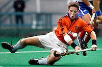 9/3 WK Hockey. wedtrijd om de bronzen medaille. Nederland-Zuid Korea 2-1 (na verlenging). Ronald Brouwer heeft tegen de Zuidkoreaanse verdediging moeite op de been te blijven.
