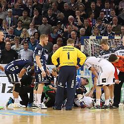 Flensburg, 08.02.17, Sport, Handball, DKB Handball Bundesliga, Saison 2016/2017, SG Flensburg-Handewitt - THW Kiel : Tumult nach Foul von Rene Toft Hansen (THW Kiel, #07) an Holger Glandorf (SG Flensburg-Handewitt, #09) beim Spiel in der Handball Bundesliga, SG Flensburg-Handewitt - THW Kiel.<br /> <br /> Foto © PIX-Sportfotos *** Foto ist honorarpflichtig! *** Auf Anfrage in hoeherer Qualitaet/Aufloesung. Belegexemplar erbeten. Veroeffentlichung ausschliesslich fuer journalistisch-publizistische Zwecke. For editorial use only.