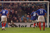 Fotball<br /> Premier League England 2004/2005<br /> Foto: SBI/Digitalsport<br /> 01.01.2005<br /> NORWAY ONLY<br /> <br /> Portsmouth v Norwich City <br /> <br /> Ayegbeni Yakubu of Pompey takes a penalty for the third time, and finally the goal is awarded.