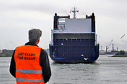 Nederland, Rotterdam, 18-9-2019 Medewerkers van het Rotterdams havenbedrijf delen flyers uit aan vrachtwagenchauffeurs bij de terminal van rederij DFDS waar ferry schepen naar Engeleand, het Verenigd Koninkrijk, VK, UK, Harwich, Hull, vetrekken. De schepen worden snel beladen en de transporteurs moeten voorbereid zijn op de extra formaliteiten en het papierwerk bij de inscheping. Samen met alle partners zoals Douane, Havenbedrijf Rotterdam, Havenbedrijf Amsterdam, Portbase en de betrokken gemeenten wordt weer hard gewerkt aan de voorbereiding op een eventuele no-deal Brexit op 31 oktober 2019. Het doel van deze gecoördineerde actie is om oponthoud als gevolg van extra douaneformaliteiten op ferryterminals van Rotterdam en Vlaardingen tot een minimum te beperken. Exporteurs en importeurs moeten afspraken maken wie hun lading van of naar het VK vooraf digitaal voormeldt via Portbase. Foto: Flip Franssen
